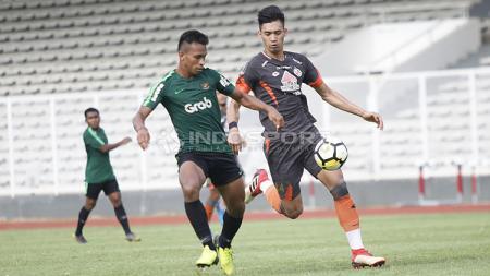 Duel antara pemain Timnas U-23, Osvaldo Haay yang dijaga ketat oleh pemain Semen Padang pada laga uji coba di stadion Madya Senayan, Selasa (12/03/19). - INDOSPORT
