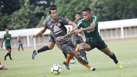Pergerakan pemain Timnas Indonesia U-23, Osvaldo Haay dijaga ketat oleh lini pertahanan Semen Padang dalam laga uji coba di Stadion Mayda, Selasa (12/03/19).
