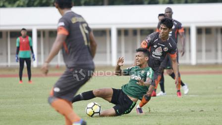 Pemain Timnas Indonesia U-23, TM Ichsan dijatuhkan pemain Semen Padang pada laga uji coba di Stadion Madya Senayan, Selasa (12/03/19).