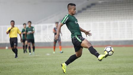 Pemain Timnas U-23 terjebak offside pada laga uji coba di Stadion Madya Senayan, Selasa  (12/03/19). Kedua tim bermain imbang dengan skor 2-2.
