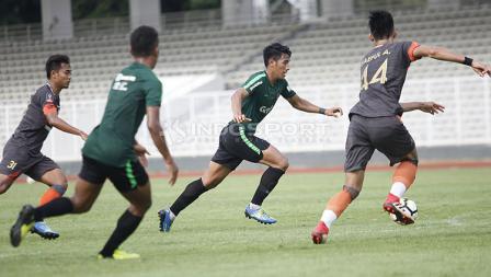 Aksi pemain Timnas Indonesia U-23, Hanif Sjahbandi melewati beberapa pemain Semen Padang pada laga uji coba di stadion Madya Senayan, Selasa (12/03/19).