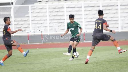Pemain Timnas Indonesia U-23, Feby Eka Putra mencoba melakukan tendangan ke arah gawang Semen Padang pada laga uji coba di Stadion Madya Senayan, Selasa (12/03/19).