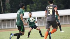 Indosport - T. M Ichsan (tengah) saat mengikuti TC Timnas Indonesia U-23 di Stadion Madya Senayan, Selasa (12/03/19).