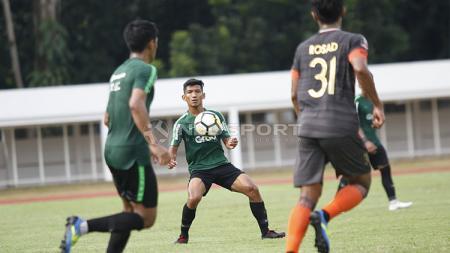 Pemain Timnas Indonesia U-23, TM Ichsan (tengah) saat memberikan umpan kepada rekannya pada laga uji coba di Stadion Madya Senayan, Selasa (12/03/19). - INDOSPORT