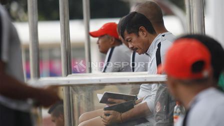 Pelatih Timnas Indonesia U-23, Indra Sjafri pada laga uji coba di Stadion Madya, Senayan, Selasa (12/03/19).