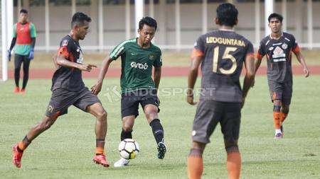 Bek muda Madura United dan jebolan Timnas Indonesia U-19, Kadek Raditya Maheswara (tengah), mengaku bangga bisa mengalahkan Persib Bandung dalam laga pekan ke-22 Liga 1 2019, Sabtu (05/10/19). - INDOSPORT