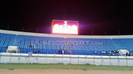 Kursi tribun di Stadion Si Jalak Harupat, Kabupaten Bandung, Selasa (12/03/2019) tampak kosong saat Persib menghadapi Perseru. - INDOSPORT