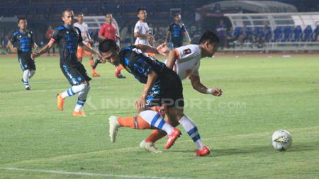 Henhen dan pemain Perseru berebut bola saat pertandingan Grup A Piala Presiden 2019 di Stadion Si Jalak Harupat, Kabupaten Bandung. - INDOSPORT