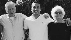 Indosport - Ezra Walian bersama kakek dan neneknya.
