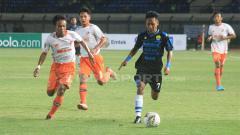 Indosport - Pemain muda Persib Bandung Beckham Putra Nugraha melewati pemain Perseru, M. Irvan.