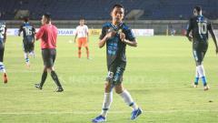 Indosport - Selebrasi gol Erwin Ramdani ke gawang Perseru Serui.