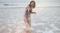 Indosport - Pamela Bowie saat berenang.