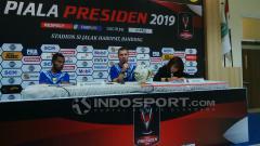 Indosport - Pelatih Persib, Miljan Radovic (tengah) saat konfrensi pers seusai pertandingan menghadapi Perseru