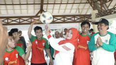Indosport - Bupati Pandeglang, Irna Dimyati (tengah), beratraksi dengan si kulit bundar.