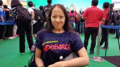 Indosport - Dinda, gadis cantik disabilitas penggemar berat Barcelona