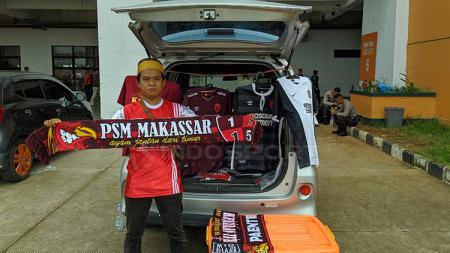 Salah satu suporter PSM Makassar jualan disekitar Pakansari - INDOSPORT