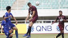 Indosport - Penyerang jangkung milik PSM Makassar, Eero Markkanen, berusaha menyundul bola saat melawan Lao Toyota.