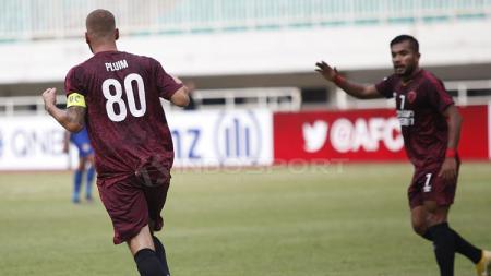 Wiljan Pluim merayakan gol bareng rekan setimnya. - INDOSPORT