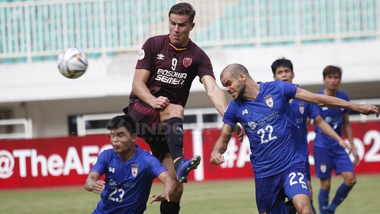 Eero Markkanen duel dengan beberapa pemain Lao Toyota Copyright: Herry Ibrahim/INDOSPORT