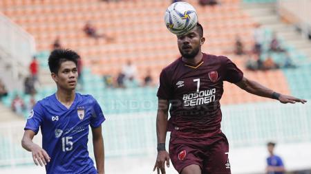 Pemain PSM Makassar, Zulham Zamrun, mengontrol bola. - INDOSPORT