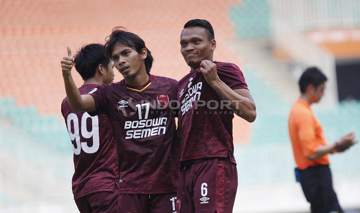 Aksi selebrasi pemain PSM Makassar usai Ferdinand Sinaga cetak gol Copyright: Herry Ibrahim/INDOSPORT