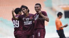 Indosport - Aksi selebrasi pemain PSM Makassar usai Ferdinand Sinaga cetak gol