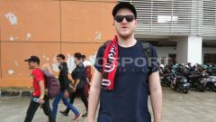 Indosport - James, salah satu pendukung sepak bola asal Inggris yang menyaksikan laga antara PSM Makassar vs Lao Toyota.