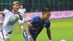 Indosport - Pemain Persita kawal ketat pemain Arema FC
