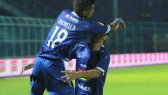 Indosport - Aksi selebrasi pemain Arema FC usai cetak gol