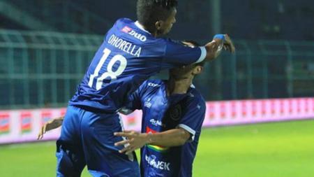 Aksi selebrasi pemain Arema FC usai cetak gol - INDOSPORT
