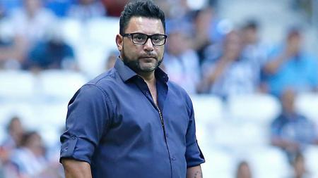 Pelatih Monterrey, Antonio Mohamed, menangis setelah mengantarkan timnya menjuarai Liga MX. - INDOSPORT