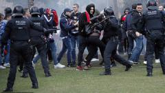 Indosport - Fans Lyon bentrok dengan pihak kepolisian jelang laga kontra Barcelona