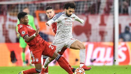 Mohamed Salah melewati adangan dua pemain Bayern Munchen. - INDOSPORT