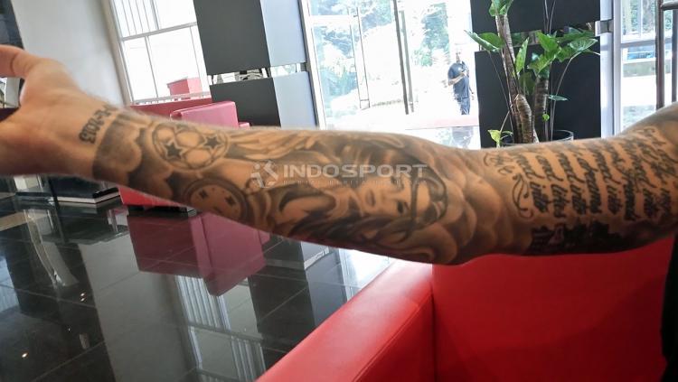 Pemain PSM Makassar, Marc Klok saat menunjukkan gambar tatto. Copyright: Indra Sena/Indosport.com