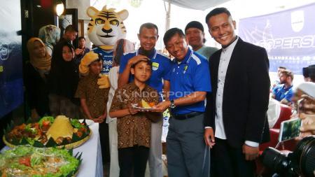 Kapten Persib, Supardi Nasir dan Komisaris PT PBB, Kuswara S Taryono berfoto bersama salah seorang anak panti asuhan An-Nida Rosada. - INDOSPORT