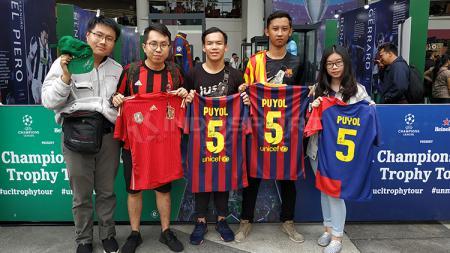 4 Mahasiswa memamerkan jersey Barcelona dan Timnas Spanyol yang sudah dibubuhi tanda tangan Charles Puyol, Kamis (14/3/19). - INDOSPORT