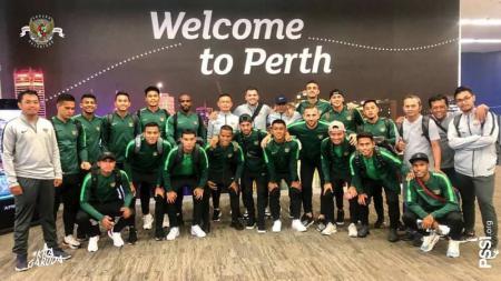 Timnas Indonesia saat tiba di Perth, Australia - INDOSPORT