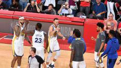 Indosport - Selebrasi para pemain Golden State Warriors usai menang atas Houston Rockets.