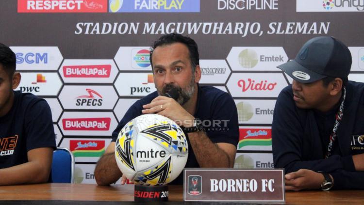 Pelatih Borneo FC, Fabio Lopez saat konfrensi pers. Copyright: Ronald Seger Prabowo/Indosport.com