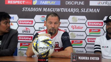 Pelatih Madura United, Dejan Antonic saat konfrensi pers. - INDOSPORT