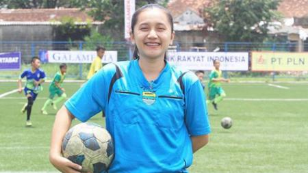 Wasit cantik asal Tasikmalaya Gita Dewi Mulyani, yang ternyata pendukung Persib Bandung. - INDOSPORT