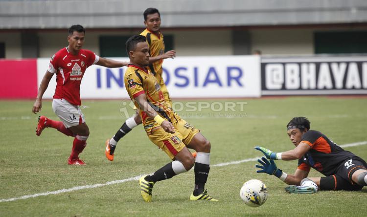 Pemain Mitra Kukar tengah mengeksekusi bola ke arah gawang Semen Padang Copyright: Herry Ibrahim/INDOSPORT