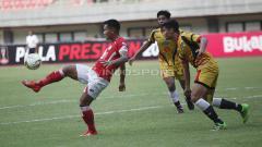 Indosport - Perebutan bola di lapangan dalam laga Semen Padang vs Mitra Kukar di Piala Presiden 2019, Kamis (14/03/19).