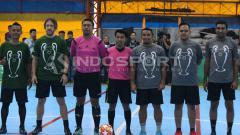 Indosport - Firman Utina berfoto dengan Carles Puyol sebelum bermain futsal, Kamis (14/3/19).