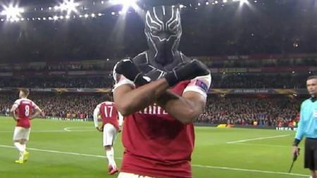Aubameyang lakukan selebrasi dengan menggunakan topeng Black Panther. - INDOSPORT
