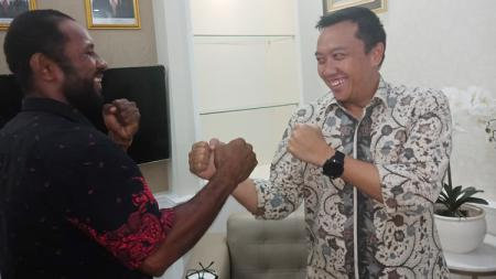 Petinju Asal Papua, Geisler AP saat berfoto bersama Menpora RI, Imam Nahrawi. - INDOSPORT