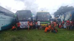 Indosport - Rombongan suporter Persija Jakarta, Jakmania mulai terlihat di sekitar Stadion Maguwoharjo.