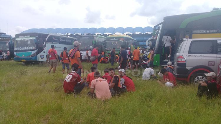 Rombongan suporter Persija Jakarta, Jakmania mulai terlihat di sekitar Stadion Maguwoharjo Copyright: Ronal Seger Prabowo/INDOSPORT