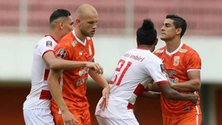 Pemain Madura United tengah menjaga pemain Borneo FC dalam situasi tendangan pojok. - INDOSPORT