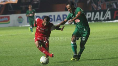 Pemain Persija Jakarta, Riko Simanjuntak mengontrol bola dari pemain PSS Sleman. - INDOSPORT